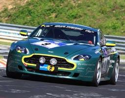 Eine Runde mit dem legendären Aston-Martin V8 Renntaxi auf der Nordschleife fahren!